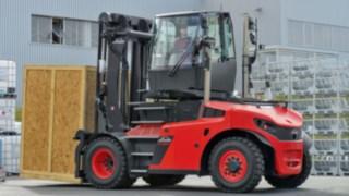 Schwerstapler mit Drehkabine erleichtern die Rückwärtsfahrt mit großen Lasten und steigern so die Produktivität.
