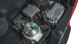 Elektrische und hydraulische Antriebskomponenten in einem Linde Schubmaststapler.