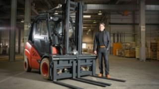 Fertig zur Auslieferung: Die 200.000. CO mit Klaus Müller, Leiter der CO-Abteilung bei Linde Material Handling.