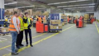 Safety-Scan-Berater von Linde im Gespräch mit dem Kunden bei der Analyse von Gefahrenpotentialen.