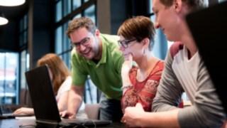 Teilnehmer einer Schulung am Laptop